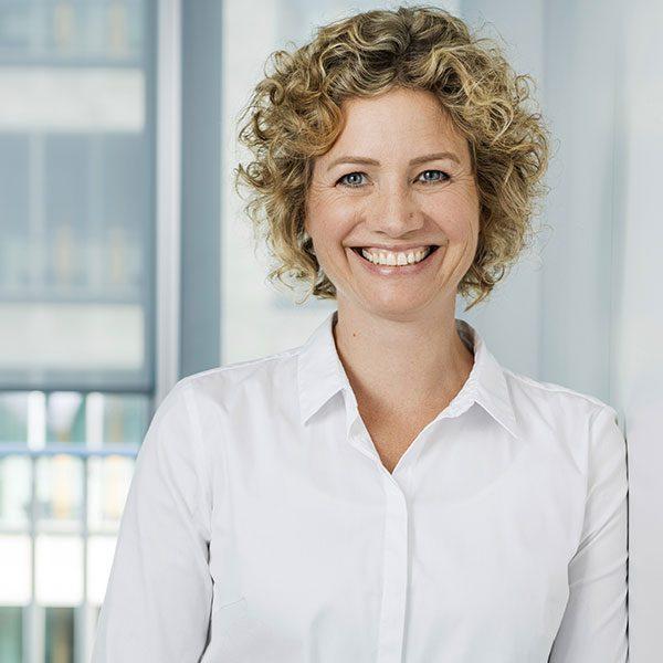 Das Porträtfoto der Anne Wieland, Senior Beraterin bei der Below Tippmann & Compagnie Personalberatung GmbH.