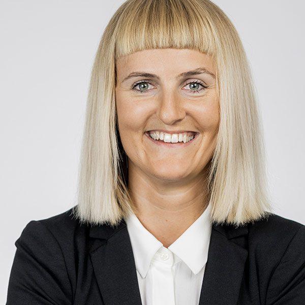 Das Porträtfoto der Julia Baumann, Officemanagerin und Projektassistentin bei der Below Tippmann & Compagnie Personalberatung GmbH