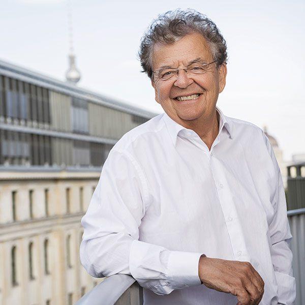 Das Porträtfoto von Michael Tippmann, Geschäftsführender Gesellschafter bei der Below Tippmann & Compagnie Personalberatung GmbH. Er steht lässig vor der Berliner Skyline.