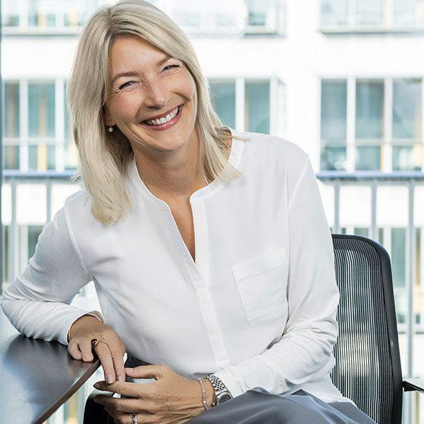Das Porträtfoto der Simone Pfister, Geschäftsführende Gesellschafterin bei der Below Tippmann & Compagnie Personalberatung GmbH